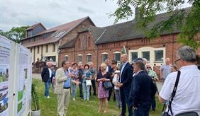 Dr. Klaus Gutser (ZALF) und Dr. Johann Bachinger (ZALF) erläutern Ministerpräsident Dietmar Woidke und weiteren Gästen die Inhalte des Forschungsprojektes