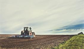 Bodenbearbeitung mit einem Schlepper