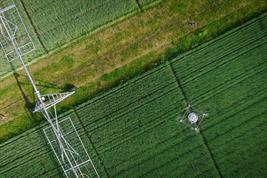 A drone flies over the ZALF test areas. | Source: © Jarno Müller / ZALF
