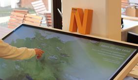 Touchscreen mit Deutschlandkarte zeigt Innovationen aus dem Vorhaben