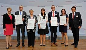 Verleihung des Zertifikats zum Audit berufundfamllie am 27. Juni 2018 in Berlin. Zu sehen sind fünf Brandenburger Zertifikatsträger, eingerahmt von Bundesfamilienministerin Dr. Franziska Giffey und Oliver Schmitz, Geschäftsführer der berufundfamilie