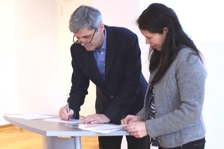 Prof. Dr. Frank Ewert and Prof. Dr. Sonoko D. Bellingrath-Kimura documenting the agreement | © Dr. Tarao, TUAT
